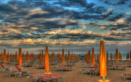 La spiaggia di Jesolo con un suggestivo cielo (ph. Digital Photo S.G.)